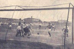 Pierwszy mecz przy światłach: Warta Poznań - Legia Poznań 1:3. Gola dla Warty strzela Kajetan Kryszkiewicz (z piłką)